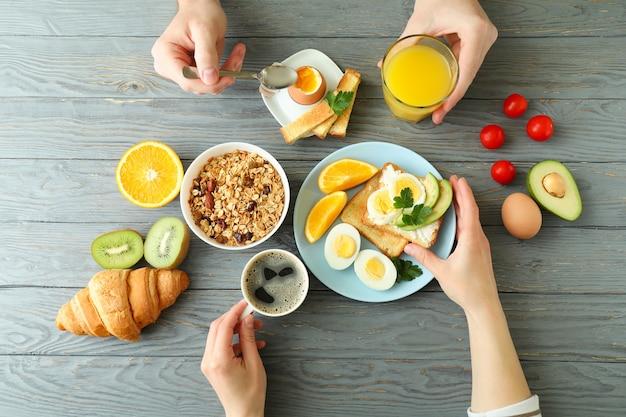 Concept de petit-déjeuner savoureux sur bois, vue de dessus