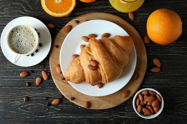 Concept de petit déjeuner savoureux avec croissant sur bois