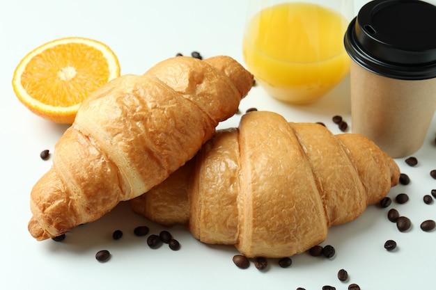 Concept de petit déjeuner savoureux avec des croissants sur blanc