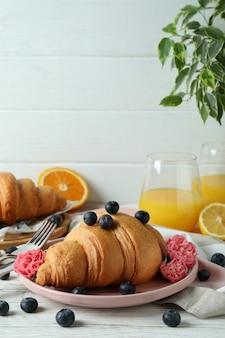 Concept de petit déjeuner savoureux avec des croissants sur bois blanc