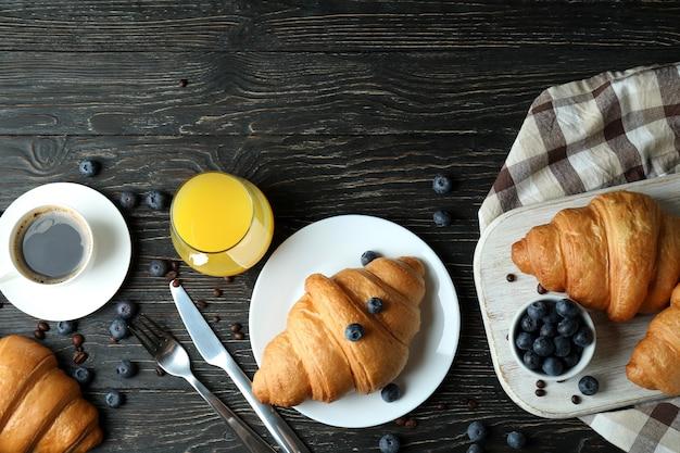 Concept de petit-déjeuner savoureux avec des croissants sur bois