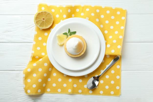 Concept de petit-déjeuner savoureux avec cupcake au citron sur une table en bois blanc