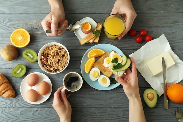 Concept de petit déjeuner savoureux sur fond de bois