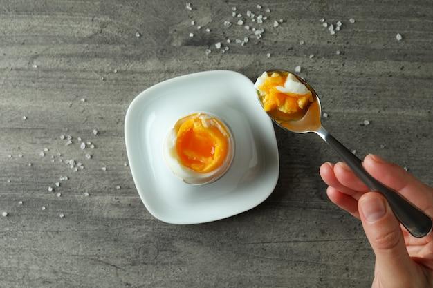 Concept de petit-déjeuner savoureux avec œuf à la coque sur gris texturé