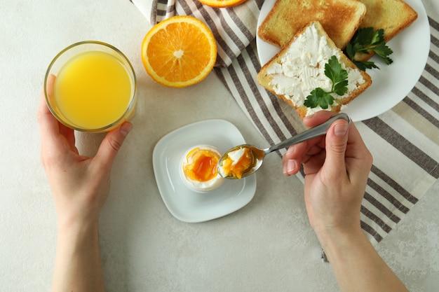 Concept de petit-déjeuner savoureux avec œuf à la coque, vue de dessus