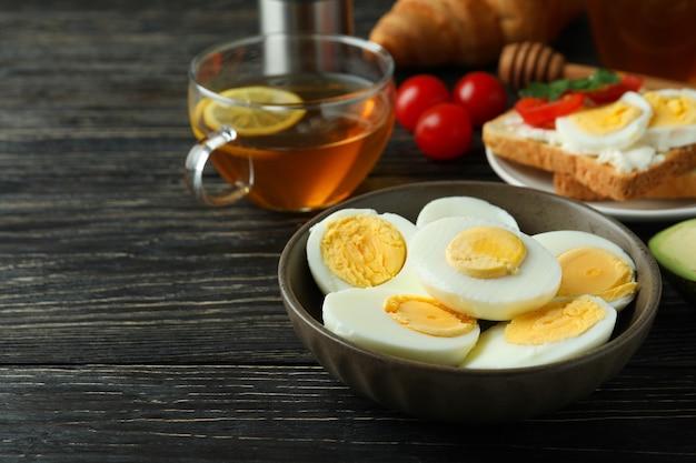 Concept de petit-déjeuner savoureux avec des œufs durs sur table en bois