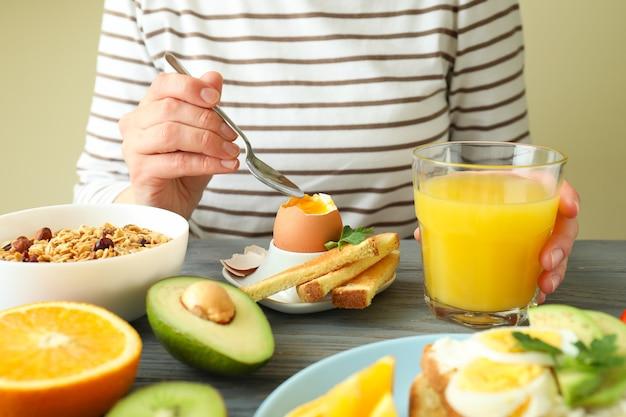 Concept de petit déjeuner savoureux sur table en bois, gros plan