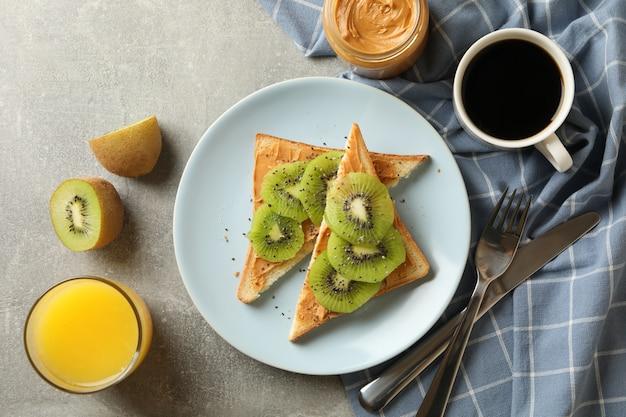 Concept de petit-déjeuner avec des toasts à l'avocat
