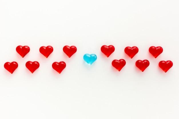 Concept de petits coeurs en verre multicolore