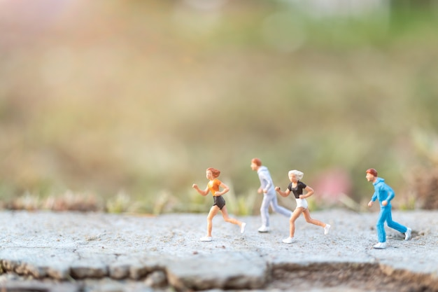 Concept de peuple miniature avec running sur la route