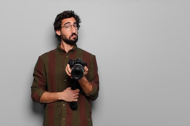 Concept de photographe jeune homme barbu