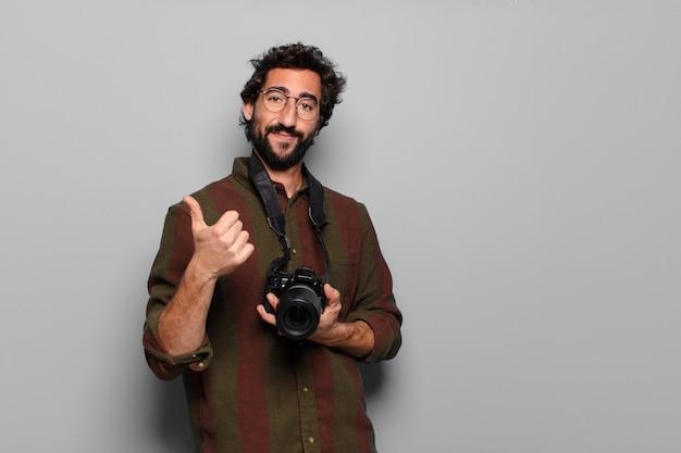 Concept de photographe de jeune homme barbu
