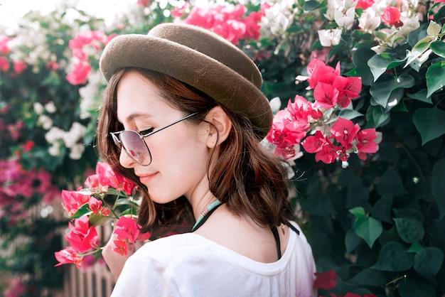 Concept de photographie de fleur en plein air femme