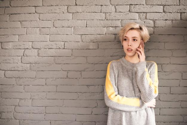 Concept de pigiste avec une femme appelant devant le mur