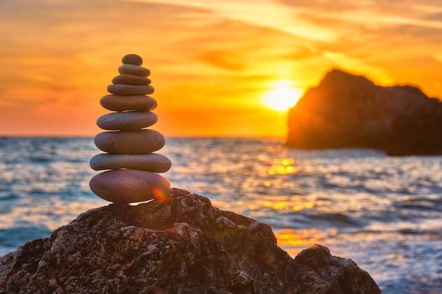 Concept de pile de pierre équilibre et harmonie sur la plage