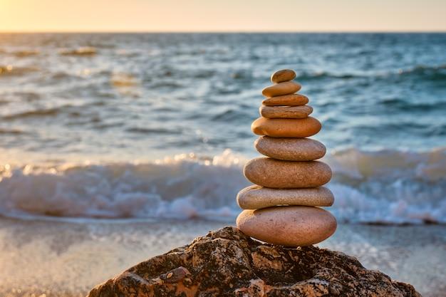 Concept de pile de pierre d'équilibre et d'harmonie sur la plage