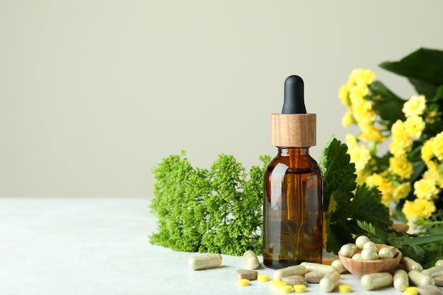 Concept de pilules de phytothérapie sur table texturée blanche