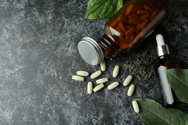 Concept de pilules de phytothérapie sur tableau noir smokey