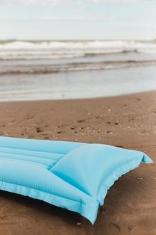 Concept de plage avec matelas pneumatique