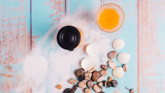 Concept de plage avec pot de jus sur le sable de la mer