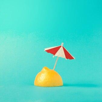 Concept de plage tropicale faite de citron et de parasol. idée créative d'été minimale.
