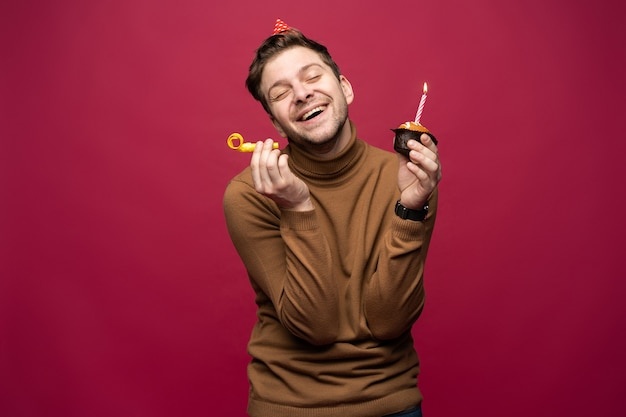 Concept de plaisir et de bonheur. guy de joyeux anniversaire détendu à la joyeuse