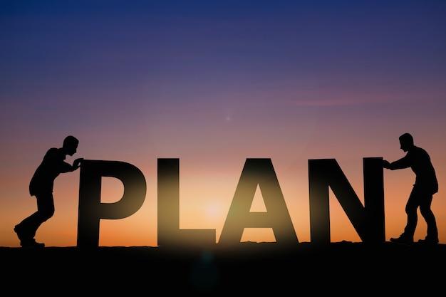 Concept de plan avec deux hommes sur fond de ciel coucher de soleil