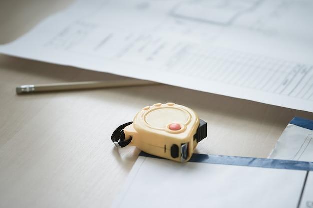 Concept de planification de la construction avec plan et ruban à mesurer