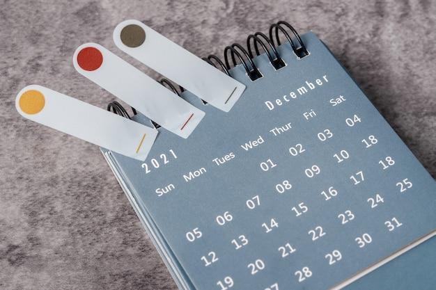 Le concept de planification et d'échéance avec pense-bête le mois de décembre, bureau du calendrier 2021.