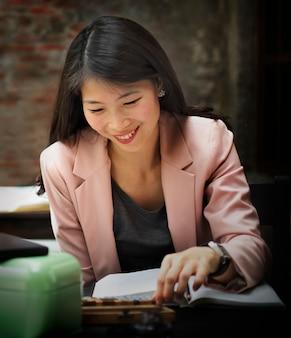 Concept de planification de recherche de lecture de femme d'affaires