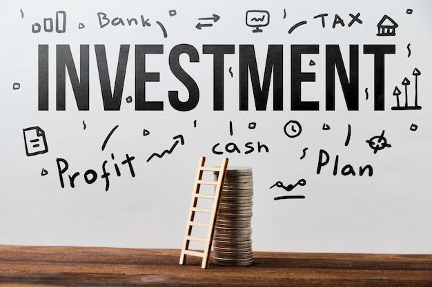 Concept de planification et de stratégie d'investissement avec texte dessiné sur le mur.