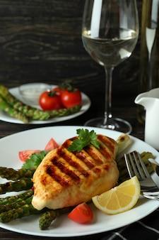 Concept de plats délicieux avec de la viande de poulet grillée sur table en bois