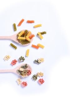 Concept de plats italiens et conception de menus. différentes sortes de pâtes farfalle, pâtes a riso, orecchiette pugliesi, gnocco sardo +