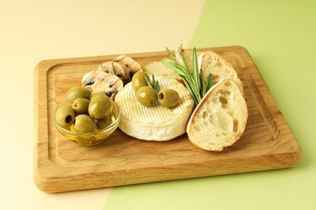 Concept de plats savoureux avec camembert grillé sur fond bicolore.