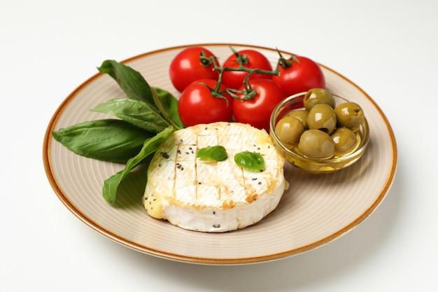 Concept de plats savoureux avec camembert grillé sur fond blanc.