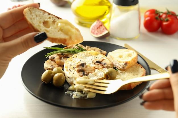 Concept de plats savoureux avec camembert grillé, gros plan.