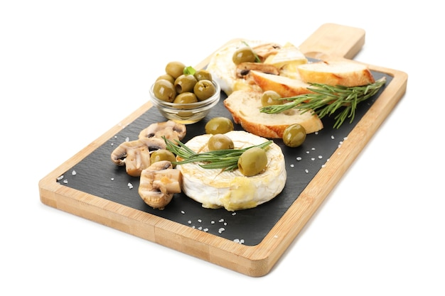 Concept de plats savoureux avec camembert grillé isolé sur fond blanc.