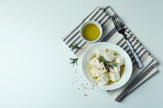 Concept de plats savoureux avec du fromage feta sur blanc