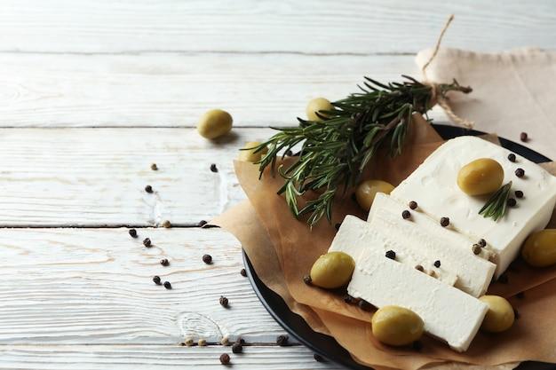 Concept de plats savoureux avec du fromage feta sur bois blanc