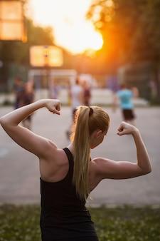 Concept de plein air de femme sportive à fort succès. harmonie intérieure. mode de vie des soins de santé.