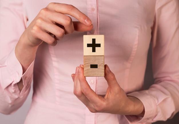 Concept plus et moins, avantages et inconvénients entre les mains des femmes.