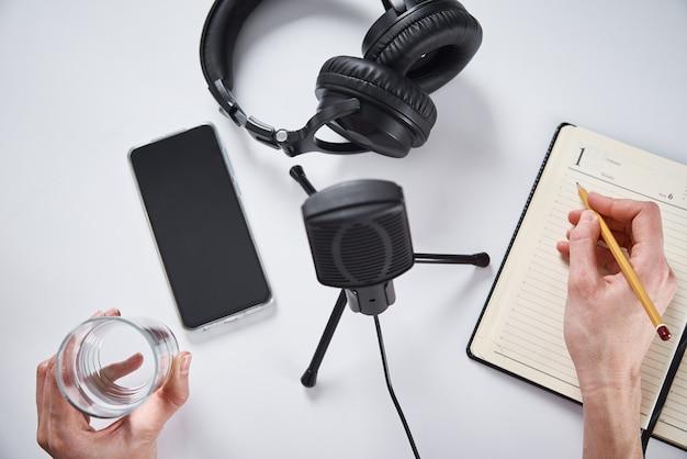Concept de podcast. une femme enregistre un cours en ligne