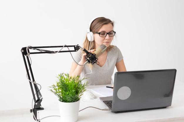 Concept de podcasting, musique et radio - femme parlant à la radio, travaillant comme présentatrice