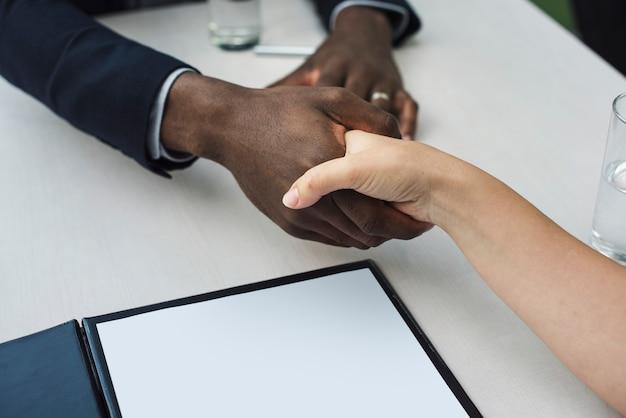 Concept de poignée de main de documents de contrat commercial