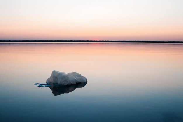 Concept de pollution, créatif. sac plastique flottant dans l'océan