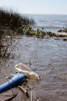 Concept de pollution de l'eau avec des ordures