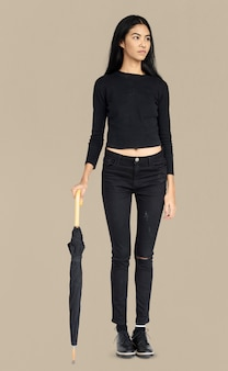 Concept de portrait de femme curieux conscience parapluie