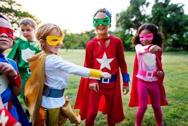 Concept de positivité des enfants joyeux des super-héros