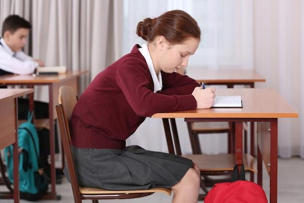 Concept de posture incorrect. élèves assis au bureau en classe