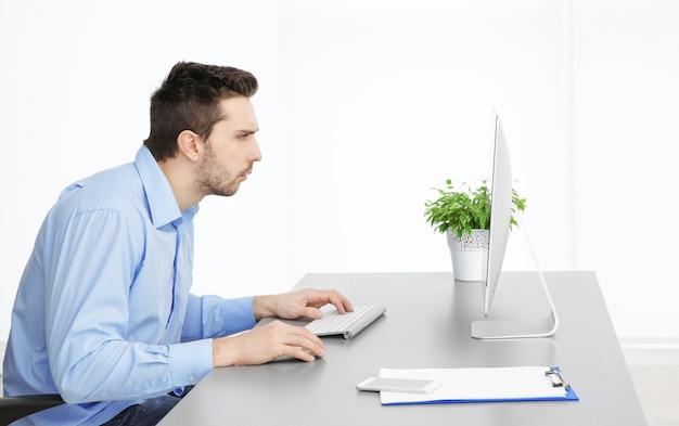 Concept de posture incorrecte. homme assis à table de bureau